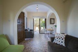 Гостиная. Кипр, Фиг Три Бэй Протарас : Уютная вилла на берегу моря, с бассейном, расположена в центре Протараса, с приватным двориком, патио и барбекю