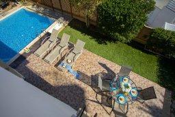 Зона отдыха у бассейна. Кипр, Фиг Три Бэй Протарас : Уютная вилла на берегу моря, с бассейном, расположена в центре Протараса, с приватным двориком, патио и барбекю