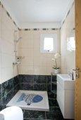 Ванная комната. Кипр, Центр Айя Напы : Уютный апартамент с отдельной спальней и приватным садом с барбекю
