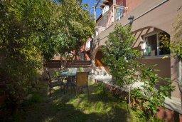 Терраса. Кипр, Центр Айя Напы : Уютный апартамент с отдельной спальней и приватным садом с барбекю