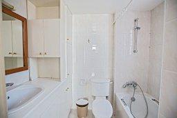 Ванная комната. Кипр, Нисси Бич : Великолепная современная вилла с 4-ся спальнями, с бассейном и солнечной террасой с патио, расположена в нескольких минутах ходьбы от знаменитого пляжа Nissi Beach
