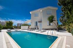 Бассейн. Кипр, Нисси Бич : Прекрасная вилла с 4-мя спальнями, с большим бассейном, солнечной террасой с патио и барбекю