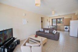 Гостиная. Кипр, Центр Айя Напы : Современный апартамент с отдельной спальней и террасой, в комплексе с общим бассейном