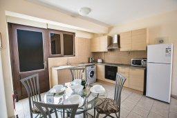 Кухня. Кипр, Центр Айя Напы : Современный апартамент с отдельной спальней и террасой, в комплексе с общим бассейном