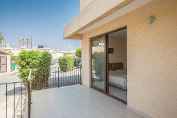 Терраса. Кипр, Центр Айя Напы : Современный апартамент с отдельной спальней и террасой, в комплексе с общим бассейном