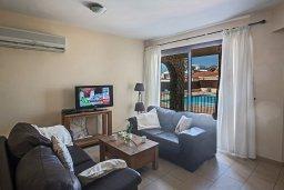 Гостиная. Кипр, Центр Айя Напы : Апартамент с большой гостиной, двумя отдельными спальнями и террасой, в комплексе с общим бассейном