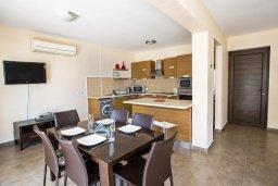 Гостиная. Кипр, Центр Айя Напы : Современный просторный апартамент с большой гостиной, двумя отдельными спальнями и террасой, в комплексе с общим бассейном