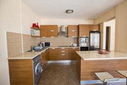 Кухня. Кипр, Центр Айя Напы : Современный просторный апартамент с большой гостиной, двумя отдельными спальнями и террасой, в комплексе с общим бассейном