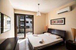 Спальня. Кипр, Центр Айя Напы : Современный просторный апартамент с большой гостиной, двумя отдельными спальнями и террасой, в комплексе с общим бассейном