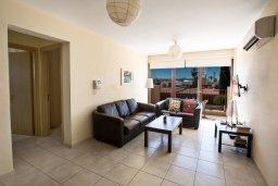 Гостиная. Кипр, Центр Айя Напы : Комфортабельный апартамент с отдельной спальней и балконом, в комплексе с общим бассейном
