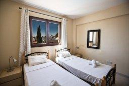 Спальня. Кипр, Центр Айя Напы : Комфортабельный апартамент с отдельной спальней и балконом, в комплексе с общим бассейном