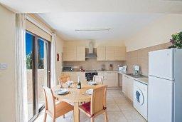Кухня. Кипр, Центр Айя Напы : Апартамент с большой гостиной, двумя отдельными спальнями и балконом, в комплексе с общим бассейном