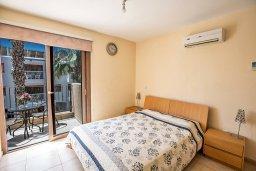 Спальня. Кипр, Центр Айя Напы : Апартамент с большой гостиной, двумя отдельными спальнями и балконом, в комплексе с общим бассейном