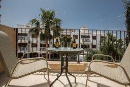 Балкон. Кипр, Центр Айя Напы : Апартамент с большой гостиной, двумя отдельными спальнями и балконом, в комплексе с общим бассейном