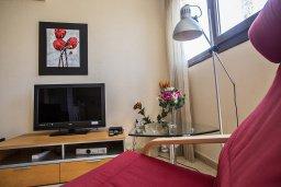 Гостиная. Кипр, Центр Айя Напы : Апартамент с большой гостиной, двумя отдельными спальнями и балконом, в комплексе с общим бассейном