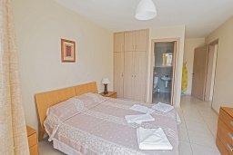 Спальня. Кипр, Центр Айя Напы : Апартамент с большой гостиной, двумя отдельными спальнями, двумя ванными комнатами и балконом