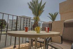 Балкон. Кипр, Центр Айя Напы : Апартамент с большой гостиной, двумя отдельными спальнями, двумя ванными комнатами и балконом