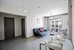 Гостиная. Кипр, Центр Айя Напы : Уютный апартамент с просторной гостиной, отдельной спальней и балконом,  расположен в нескольких метрах от Red Square