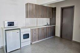 Кухня. Кипр, Центр Айя Напы : Уютный апартамент с просторной гостиной, отдельной спальней и балконом,  расположен в нескольких метрах от Red Square