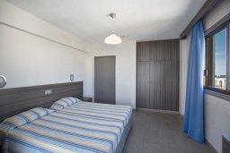 Спальня. Кипр, Центр Айя Напы : Уютный апартамент с просторной гостиной, отдельной спальней и балконом,  расположен в нескольких метрах от Red Square