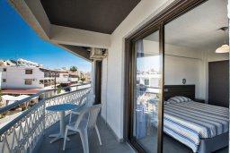 Балкон. Кипр, Центр Айя Напы : Уютный апартамент с просторной гостиной, отдельной спальней и балконом,  расположен в нескольких метрах от Red Square