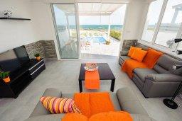 Гостиная. Кипр, Ионион - Айя Текла : Потрясающая вилла на берегу моря с 3-мя спальнями, с бассейном, с террасой и панорамным видом на Средиземное море