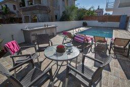 Территория. Кипр, Каппарис : Потрясающая современная вилла с 3-мя спальнями, с просторным бассейном, солнечной террасой с патио и барбекю