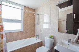 Ванная комната. Кипр, Каппарис : Современная комфортабельная вилла с 3-мя спальнями, с просторным бассейном и солнечной террасой с барбекю