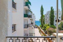 Вид. Кипр, Гермасойя Лимассол : Апартамент в 100 метрах от моря в комплексе с бассейном, с гостиной, двумя спальнями, двумя ванными комнатами и балконом с боковым видом на море