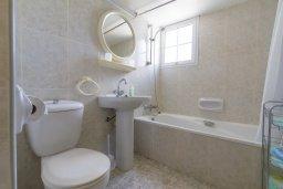 Ванная комната. Кипр, Гермасойя Лимассол : Апартамент в 100 метрах от моря в комплексе с бассейном, с гостиной, двумя спальнями, двумя ванными комнатами и балконом с боковым видом на море