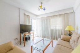 Гостиная. Кипр, Гермасойя Лимассол : Апартамент в 100 метрах от моря в комплексе с бассейном, с гостиной, двумя спальнями, двумя ванными комнатами и балконом с боковым видом на море