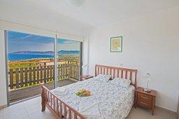 Спальня. Кипр, Лачи : Потрясающая вилла с 3-мя спальнями, с панорамным видом на море и горы Troodos, с бассейном и солнечной террасой