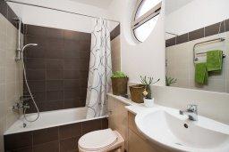 Ванная комната. Кипр, Св. Рафаэль Лимассол : Вилла с бассейном и зеленым двориком, гостиная, 3 спальни, 2 ванные комнаты, барбекю, парковка, Wi-Fi