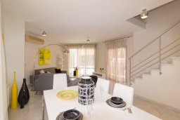 Обеденная зона. Кипр, Св. Рафаэль Лимассол : Вилла с бассейном и зеленым двориком, гостиная, 3 спальни, 2 ванные комнаты, барбекю, парковка, Wi-Fi