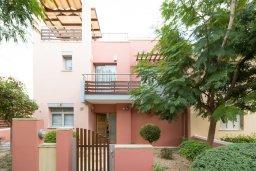 Фасад дома. Кипр, Св. Рафаэль Лимассол : Вилла с бассейном и зеленым двориком, гостиная, 3 спальни, 2 ванные комнаты, барбекю, парковка, Wi-Fi