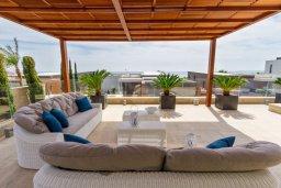 Патио. Кипр, Св. Рафаэль Лимассол : Шикарная вилла с бассейном и видом на море, 50 метров до пляжа, 4 спальни, 5 ванных комнат, зеленый двор, сауна, игровая комната, парковка, Wi-Fi