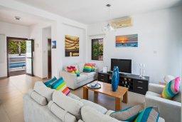 Гостиная. Кипр, Коннос Бэй : Комфортабельная вилла в 100 метрах от моря, с 3-мя спальнями, с бассейном, просторным садом с патио и барбекю