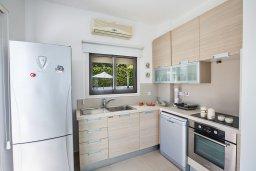 Кухня. Кипр, Коннос Бэй : Комфортабельная вилла в 100 метрах от моря, с 3-мя спальнями, с бассейном, просторным садом с патио и барбекю