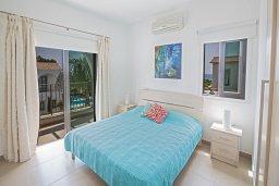 Спальня. Кипр, Коннос Бэй : Комфортабельная вилла в 100 метрах от моря, с 3-мя спальнями, с бассейном, просторным садом с патио и барбекю
