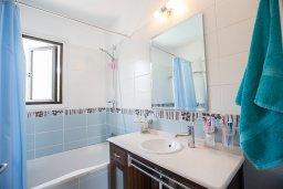 Ванная комната. Кипр, Коннос Бэй : Комфортабельная вилла в 100 метрах от моря, с 3-мя спальнями, с бассейном, просторным садом с патио и барбекю