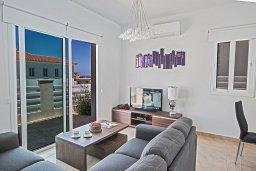 Гостиная. Кипр, Каво Марис Протарас : Просторная и современная вилла с 4-мя спальнями, с бассейном и солнечной террасой на крыше с панорамным видом на Средиземное море