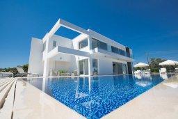 Фасад дома. Кипр, Санрайз Протарас : Шикарная вилла с панорамным видом на море, с 3-мя спальнями, с большим бассейном, солнечной террасой с патио и  барбекю