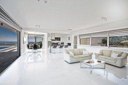 Гостиная. Кипр, Санрайз Протарас : Шикарная вилла с панорамным видом на море, с 3-мя спальнями, с большим бассейном, солнечной террасой с патио и  барбекю