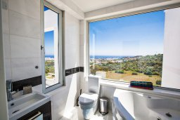 Ванная комната. Кипр, Санрайз Протарас : Шикарная вилла с панорамным видом на море, с 3-мя спальнями, с большим бассейном, солнечной террасой с патио и  барбекю
