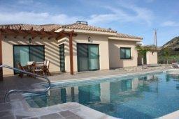 Фасад дома. Кипр, Писсури : Вилла с бассейном и большой зеленой лужайкой, 3 спальни, 3 ванные комнаты, место для барбекю, парковка, Wi-Fi