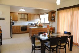 Кухня. Кипр, Писсури : Вилла с бассейном и зеленым двориком, большой гостиной, 3 спальни, 2 ванные комнаты, место для барбекю, парковка, Wi-Fi
