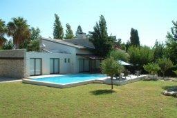 Фасад дома. Кипр, Писсури : Вилла с бассейном, гостиная, 2 спальни, место для барбекю, зеленый дворик, парковка, Wi-Fi