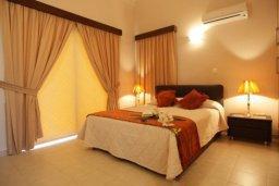 Спальня. Кипр, Писсури : Двухэтажная вилла с бассейном и зеленым двориком, большая гостиная, 3 спальни, 3 ванные комнаты, место для барбекю, парковка, Wi-Fi