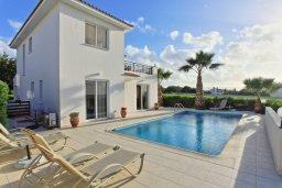 Фасад дома. Кипр, Аргака : Уютная вилла с видом на море, с 3-мя спальнями, с бассейном и барбекю, расположена сего в 50 метрах от песчаного пляжа Argaka