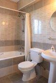 Ванная комната. Кипр, Аргака : Комфортабельная вилла с видом на море, с 2-мя спальнями, с бассейном и барбекю, расположена сего в 50 метрах от песчаного пляжа Argaka